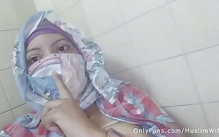 Real Arab عرب وقحة كس Mom Sins Helter-skelter Hijab By Squirting Her Muslim Pussy On Webcam ARABE Ecclesiastic SEX