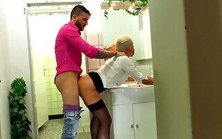 Mandy Mystery auf der Herrentoilette abgearbeitet