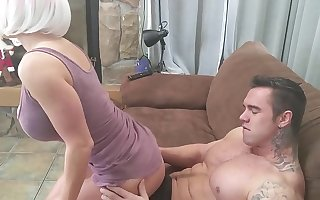 Milf with incredible Body fucks Bodybuilder!